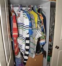 Interno armadio con magliette