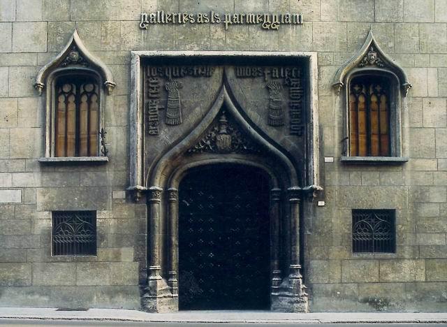 una veduta del portale (XV sec.), proveniente dal Palazzo Morel di Valencia - (Galleria Parmeggiani - Reggio Emilia)