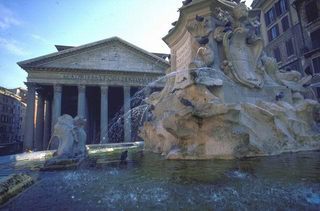 Pantheon e Fontana Giacomo Della Porta - foto APT di Roma - www.romaturismo.it