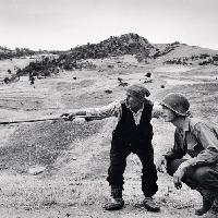 Contadino siciliano indica a un ufficiale americano la direzione presa dai tedeschi, nei pressi di Troina, Sicilia, 4-5 agosto 1943