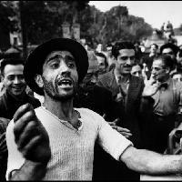 I civili accolgono le truppe americane. Monreale, Sicilia, Luglio 1943