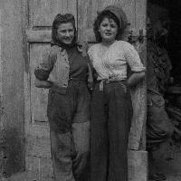 Giovani donne in posa, 1948, Fondo Gasparini