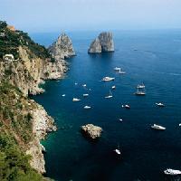 Capri, faraglioni (Foto www.turismoregionecampania.it)